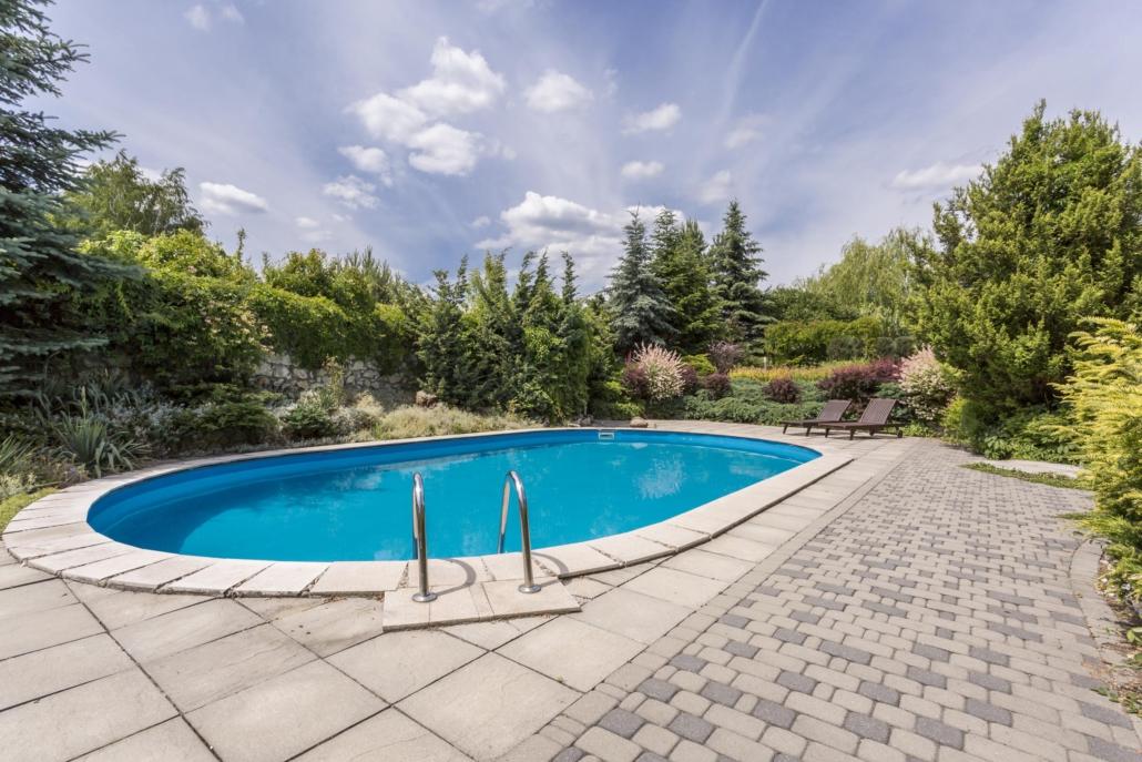 Betegeling van het zwembad dat doet een vakman voor je
