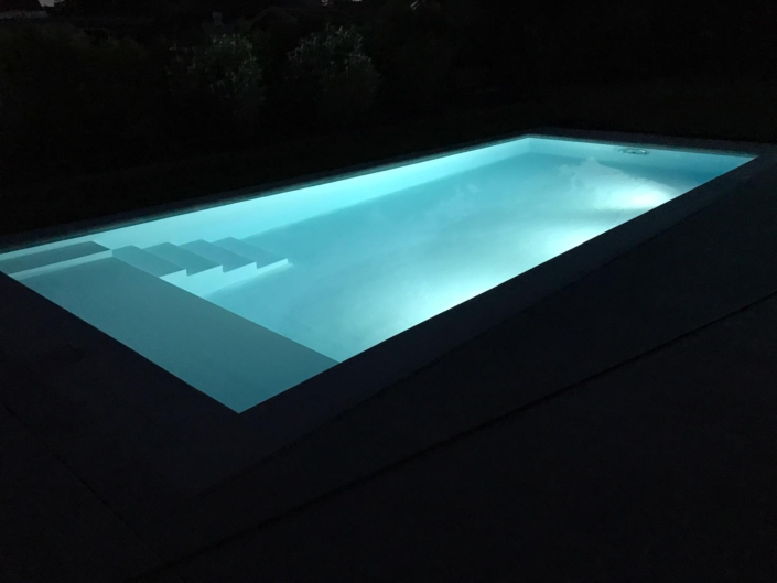 Zwembad in beton met trappen en verlichting
